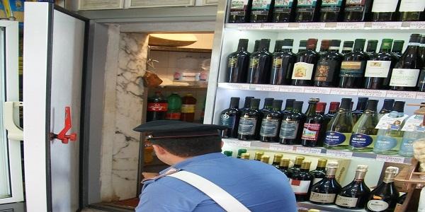 Napoli: ruba in un discount e si nasconde in un armadio. Scoperto ed arrestato.