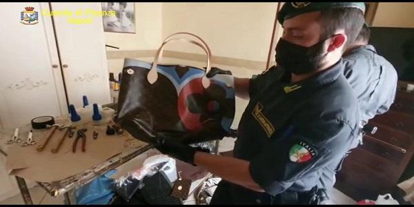 Napoli: la Gdf scopre una fabbrica del falso e sequestra 7.000 articoli contraffatti