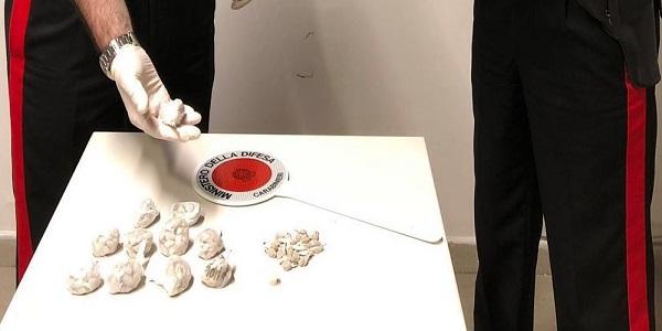 Napoli, Scampia: i carabinieri arrestano uno spacciatore e sequestrano 220 dosi di kobret