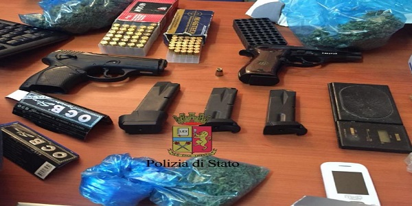 Napoli: la Polizia smantella una piazza di spaccio e rinviene armi e munizioni