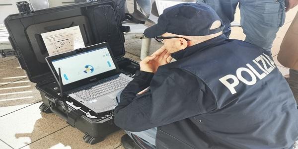 Napoli: allarme bomba alla Stazione, arriva la polizia. Solo indumenti nel pacco sospetto