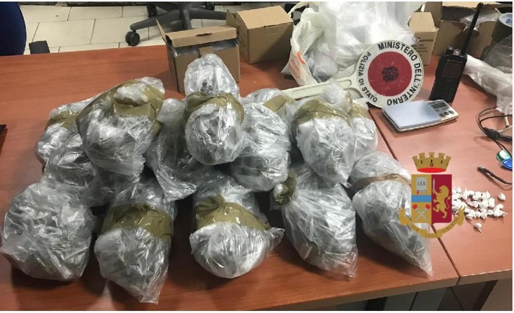Napoli, Quartieri Spagnoli: la polizia rinviene e sequestra 1 kg di droga