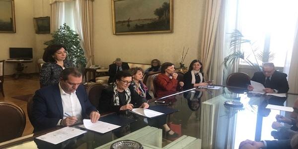 de Magistris ha firmato il protocollo per la tutela dei minori stranieri non accompagnati