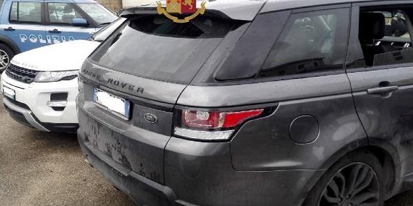 Volla: la polizia blocca tre persone, ne denuncia altre due e recupera due Range Rover