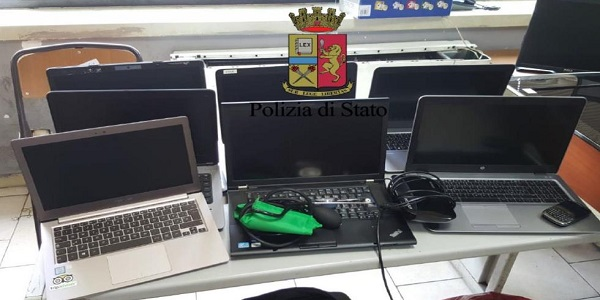 Napoli: la Polizia recupera materiale informatico rubato in una ditta aerospaziale