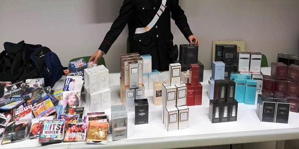 Napoli: i carabinieri denunciano un uomo che vendeva profumi falsi e dvd