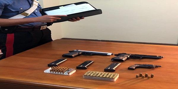 Napoli, Scampia: i carabinieri sequestrano pistole e munizioni.