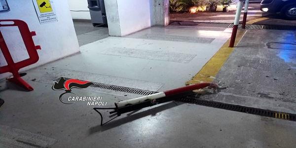 Pozzuoli: rompe la sbarra di un garage, ferisce un giovane e oppone resistenza. Arrestato
